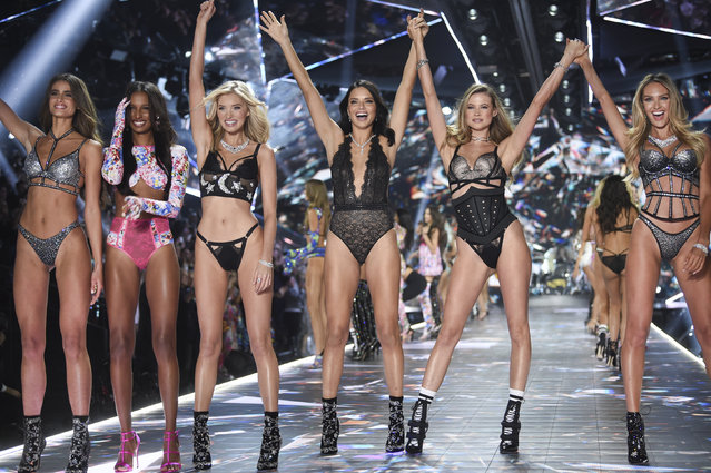 Models Taylor Hill, left, Jasmine Tookes, Elsa Hosk, Adriana Lima, Behati Prinsloo, and Candice Swanepoel walk the runway during the 2018 Victoria's Secret Fashion Show at Pier 94 on Thursday, November 8, 2018, in New York. (Photo by Evan Agostini/Invision/AP Photo)