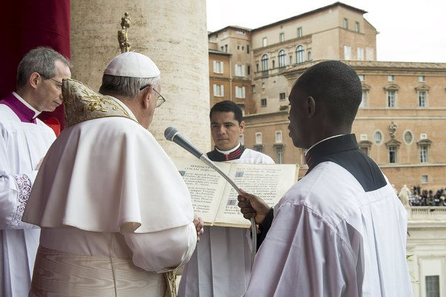 """Pope Francis delivers a """"Urbi et Orbi"""" message from the balcony overlooking St. Peter's Square at the Vatican April 5, 2015. (Photo by Osservatore Romano/Reuters)"""
