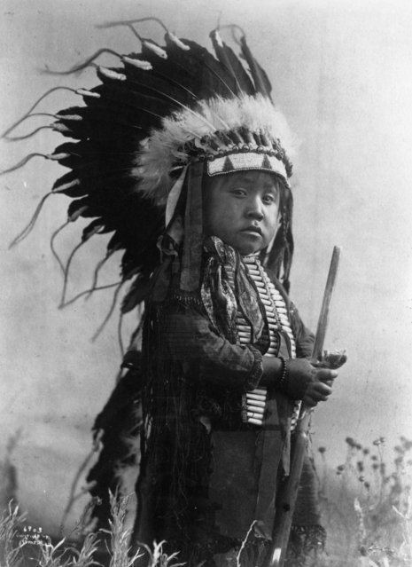 A young boy wears the headdress of a Sioux warrior on January 01, 1907. (Photo by MPI/Getty Images)