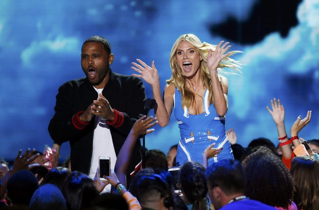 Actor Anthony Anderson and model Heidi Klum present the award for Favorite Female TV Star - Kids Show during Nickelodeon's 2016 Kids' Choice Awards in Inglewood, California March 12, 2016. (Photo by Mario Anzuoni/Reuters)
