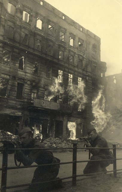Russian soldiers take position in front of a burning building at Frankfurter Allee in this undated photo taken May 1945 in Berlin. (Photo by Georgiy Samsonov/Reuters/MHM)