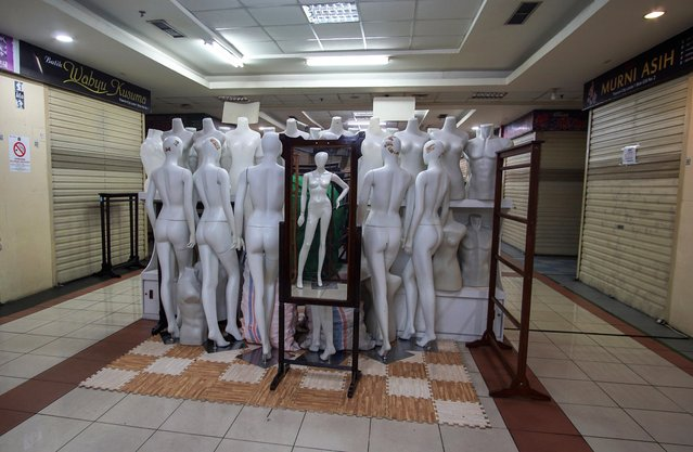 Mannequins are pictured in the middle of a corridor at a closed shopping mall amid the spread of coronavirus disease (COVID-19) in Jakarta, Indonesia on March 31, 2020. (Photo by Fransiska Nangoy/Reuters)