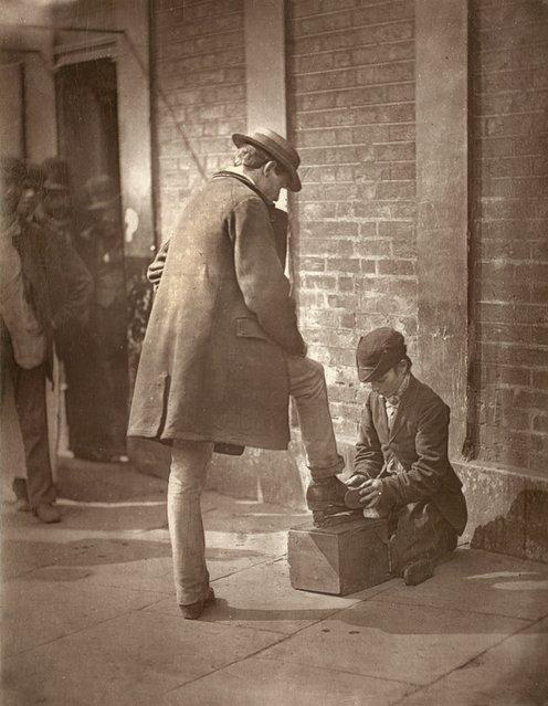 Shoe Shining. (Photo by John Thomson/LSE Digital Library)