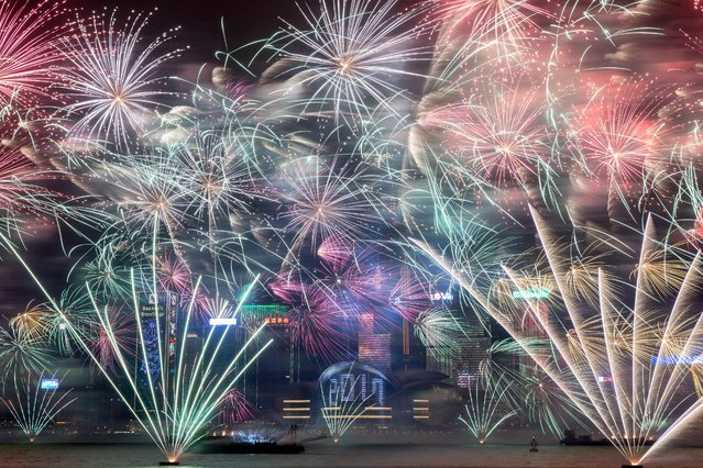 Fireworks explode over Victoria harbour during New Year celebrations in Hong Kong on January 1, 2017. (Photo by Dale De La Rey/AFP Photo)