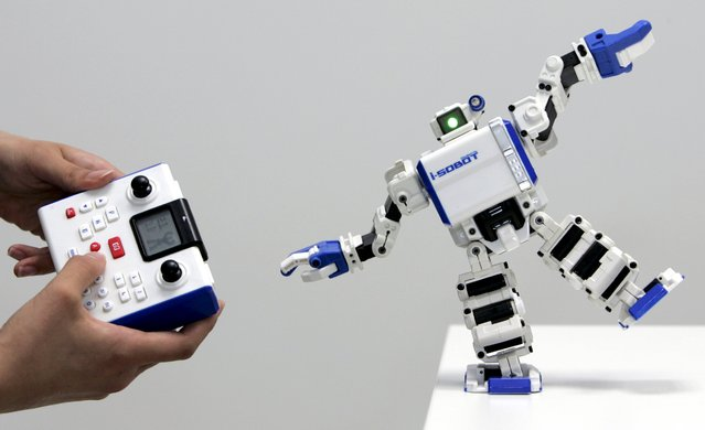 """Japanese toymaker Tomy Company's """"Omnibot17u i-SOBOT"""", listed by the Guinness Book of Records as the world's smallest humanoid robot in production, is demonstrated during a news conference in Tokyo, in this July 20, 2007 file photo. (Photo by Yuriko Nakao/Reuters)"""