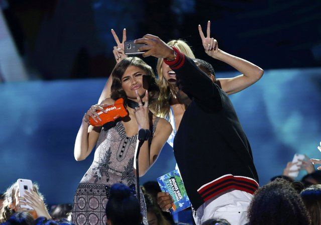 "Actor Anthony Anderson and model Heidi Klum present the award for Favorite Female TV Star – Kids Show to actress Zendaya (L) for her role on ""KC Undercover"" at Nickelodeon's 2016 Kids' Choice Awards in Inglewood, California March 12, 2016. (Photo by Mario Anzuoni/Reuters)"