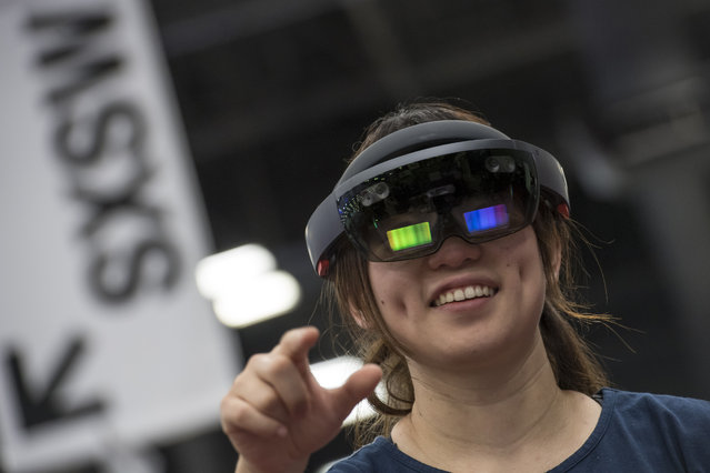 An attendee wears a Microsoft Corp. HoloLens headset at the 2017 South By Southwest (SXSW) Interactive Festival at the Austin Convention Center in Austin, Texas, U.S., on Monday, March 13, 2017. (Photo by David Paul Morris/Bloomberg)