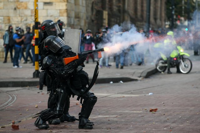 Riot police in action during a protest against the government of Colombia's President Ivan Duque, in Bogota, Colombia, January 21, 2020. (Photo by Luisa Gonzalez/Reuters)
