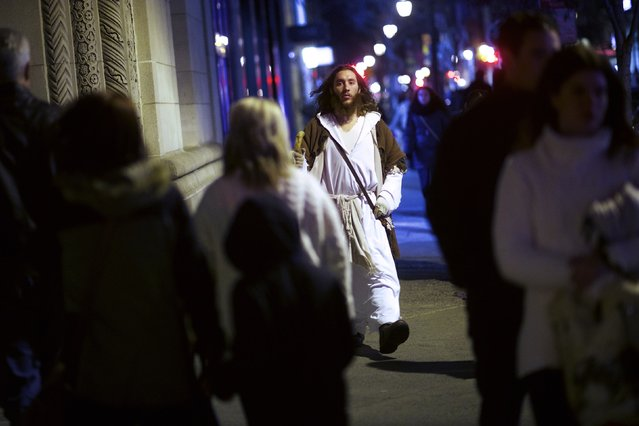"Michael Grant, 28, ""Philly Jesus"", walks the center city streets in Philadelphia, Pennsylvania December 14, 2014. (Photo by Mark Makela/Reuters)"