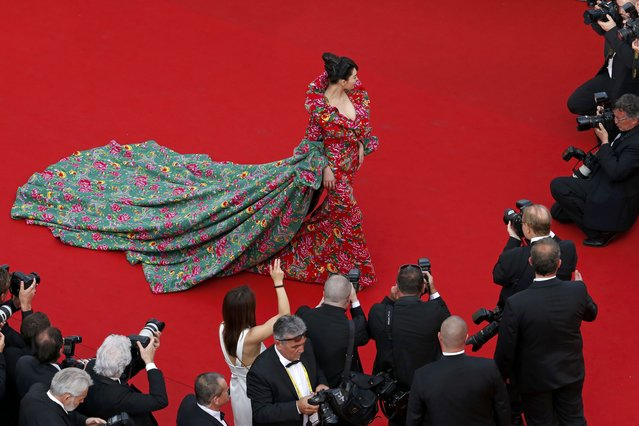"""An unidentified guest poses on the red carpet as she arrives for the opening ceremony and the screening of the film """"La tete haute"""" out of competition during the 68th Cannes Film Festival in Cannes, southern France, May 13, 2015. (Photo by Benoit Tessier/Reuters)"""