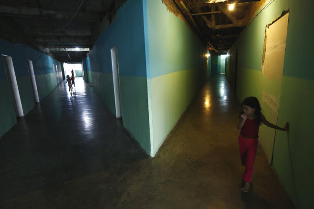 """Children stand along the corridors at the """"Tower of David"""" skyscraper in Caracas February 3, 2014. (Photo by /Reuters)"""