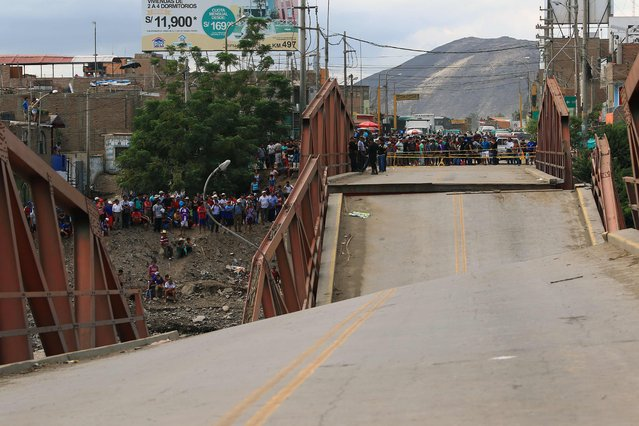View of the Viru Bridge, which carries the Panamerican Highway between northern Peru and Lima, where it collapsed into the Viru River in the town of Viru due to the intense rains, cutting off supplies to the northern part of the country, on March 19, 2017. (Photo by Celso Roldan/AFP Photo)