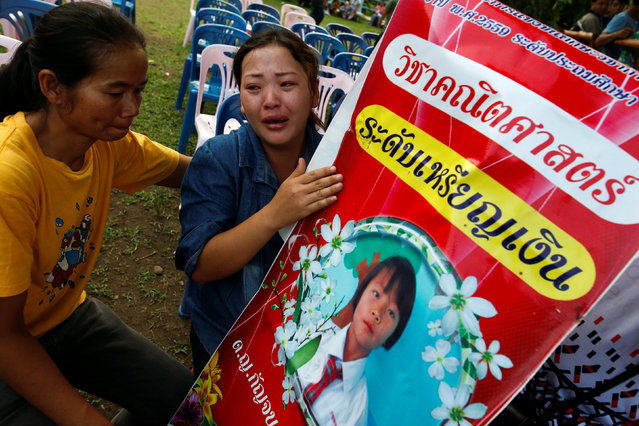 Yupin Saw-wa cries as she holds a picture of her daughter, who died after a fire swept through Christian Pitakkiat wittaya School in the northern province of Chiang Rai, Thailand, May 23, 2016. (Photo by Athit Perawongmetha/Reuters)