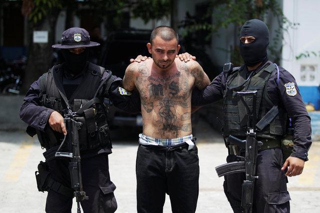 """Gang leader Gustavo de Jesus Vasquez Nerio A.K.A. """"El Tigre"""" is presented to the media after his arrest in Colon, El Salvador May 30, 2016. (Photo by Jose Cabezas/Reuters)"""