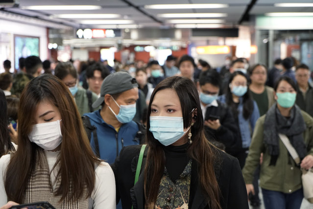 Passengers wear masks to prevent an outbreak of a new coronavirus in a subway station, in Hong Kong, Wednesday, January 22, 2020. The first case of coronavirus in Macao was confirmed on Wednesday, according to state broadcaster CCTV. The infected person, a 52-year-old woman, was a traveller from Wuhan. (Photo by Kin Cheung/AP Photo)