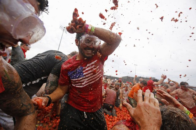 """Participants take part in the """"Tomato Royale"""" event in Chicago, Illinois July 12, 2014. The event is modeled after Spain's famous La Tomatina festival. (Photo by Jim Young/Reuters)"""