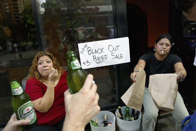 People sell beer on the street  during a massive blackout August 14, 2003 in New York City. Officials from the Department of Homeland Security said there were no indications that terrorists were responsible for the blackout that has also affected Ohio, and Canada. (Photo by Spencer Platt/Getty Images)