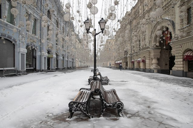 A view shows a snow-covered street, after the city authorities announced a partial lockdown ordering residents to stay at home to prevent the spread of coronavirus disease (COVID-19), in central Moscow, Russia on March 31, 2020. (Photo by Maxim Shemetov/Reuters)