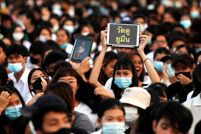 Students hold tablets during a rally in support for the student-led democracy movement at King Mongkut's Institute of Technology, in the outskirts of Bangkok, Thailand, August 19, 2020. The salute has been a symbol of calls for democracy since Prime Minister Prayuth Chan-ocha first took power in a 2014 coup. (Photo by Jorge Silva/Reuters)