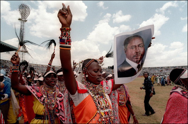 Massi supporters of Kenya's President Daniel Arap Moi shown in a picture dated 9 October 1992 in Nairobi as they sing and dance with photos of Moi wich marks the 14th anniversary of his coming to power. (Photo by Alexander Joe/AFP Photo)