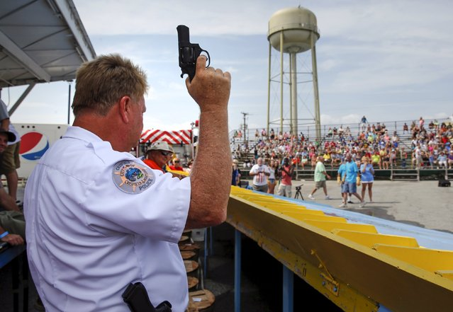 """Crisfield Police Chief Michael Tabor prepares to fire the starter pistol for a crab """"race"""" during the annual National Hard Crab Derby in Crisfield, Maryland September 5, 2015. (Photo by Jonathan Ernst/Reuters)"""