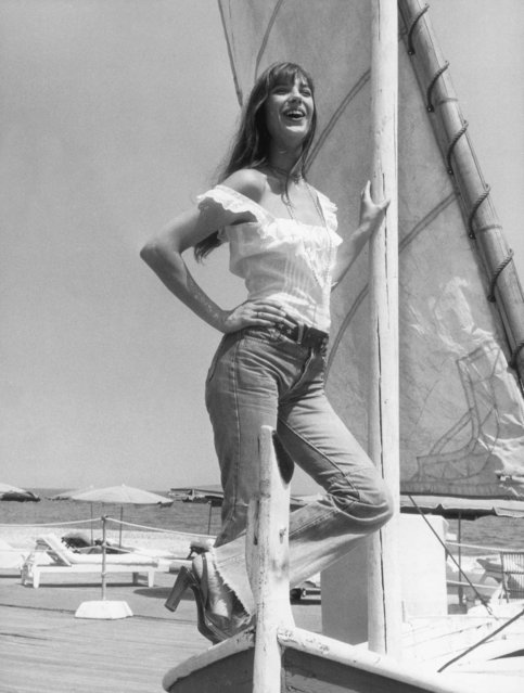 English actress Jane Birkin enjoys a sun-soaked holiday on the Cote d'Azur, 16th July 1973. (Photo by Hulton Archive/Getty Images)