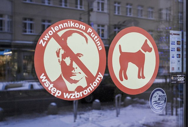"""A sign with the face of Russian President Vladimir Putin, reading """"Entrance forbidden to Putin's supporters"""", is seen on the door of Smal Ukraine restaurant in Gdynia, December 31, 2014. (Photo by Dominik Sadowski/Reuters/Agencja Gazeta)"""