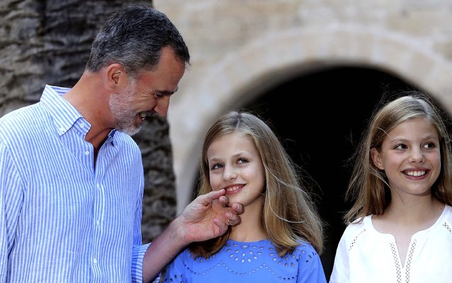 Spain's King Felipe VI (L), smiles his daughters Crown Princess Leonor (C) and Princess Sofia (R) as the royal family pose for the photographers at Almudaina Palace in Palma de Mallorca, Balearic Islands, eastern Spain, 29 July 2018 (issued on 30 July 2018). The Spanish royal family began its holidays in Spanish island. (Photo by EPA/EFE/Ballesteros)
