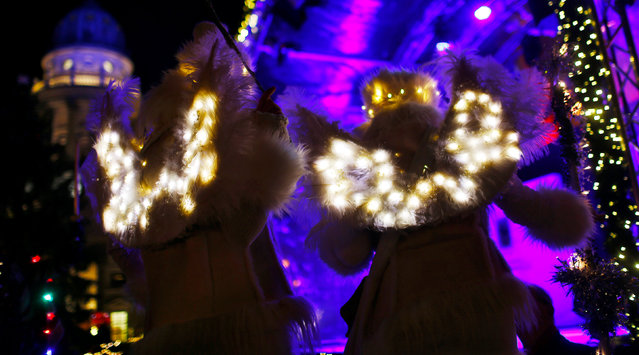 Artists dressed as Christmas Angels pose at the opening of the Christmas market at Gendarmenmarkt square in Berlin, Germany November 21, 2016. (Photo by Hannibal Hanschke/Reuters)