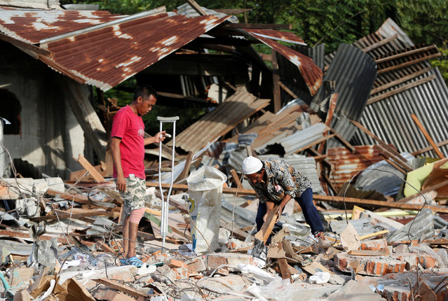 Men look for items to salvage from a building which collapsed following this week's strong earthquake in  Pidie Jaya, Aceh province, Indonesia, December 10, 2016. (Photo by Darren Whiteside/Reuters)