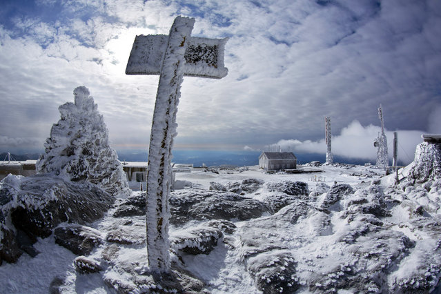 In this Tuesday, March 10, 2015 photo, a sign marks the summit of 6,288-foot Mount Washington, New Hampshire. (Photo by Robert F. Bukaty/AP Photo)