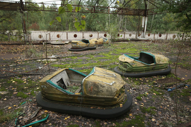 Bumper cars stand in an abandoned amusement park on September 29, 2015 in Pripyat, Ukraine. (Photo by Sean Gallup/Getty Images)