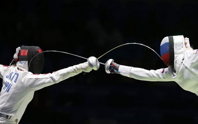 Tatiana Logunova (R) of Russia competes against Nozomi Sato (L) of Japan in the Women's Epee Individual  Table of 32 of the Rio 2016 Olympic Games Fencing events at the Carioca Arena 3 in the Olympic Park in Rio de Janeiro, Brazil, 06 August 2016. (Photo by Sergei Ilnitsky/EPA)