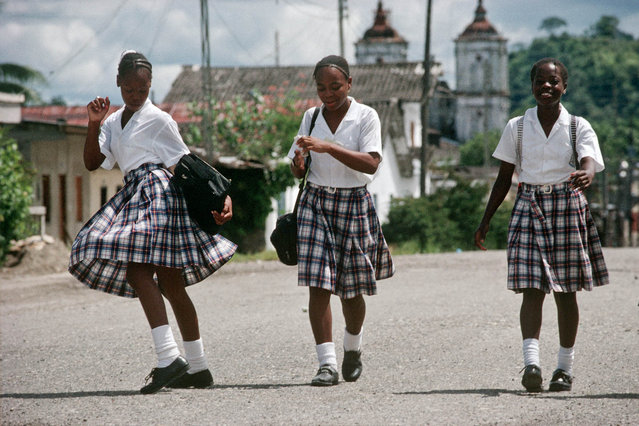 Colombia. Pupils on Tadó road in the Chocó area in July 1998. (Photo by Jean-Claude Coutausse)
