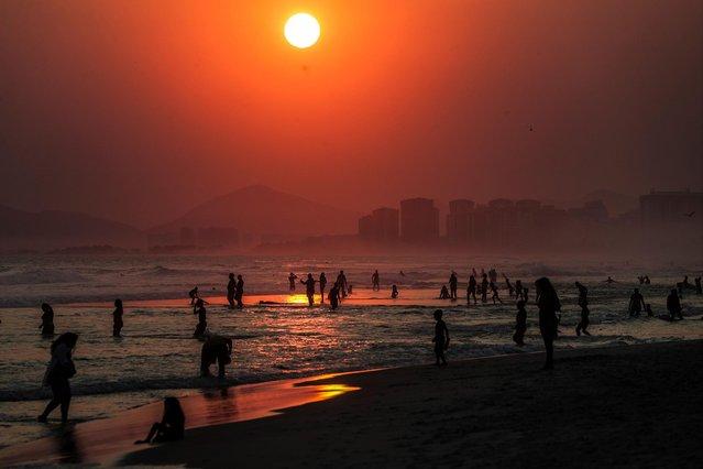 Dozens of people enjoy the heat in the beach of Barra de Tijuca, Brazil, 14 September 2020. (Photo by Agencia EFE/Rex Features/Shutterstock)