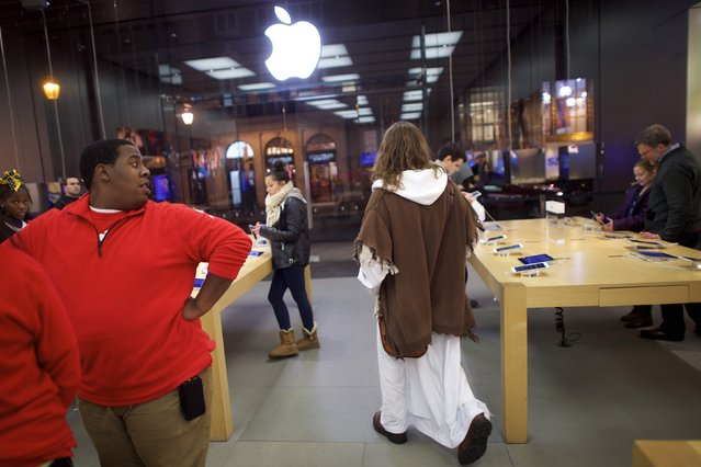 "After checking his social media accounts, Michael Grant, 28, ""Philly Jesus"", departs an Apple Store in Philadelphia, Pennsylvania December 14, 2014. (Photo by Mark Makela/Reuters)"