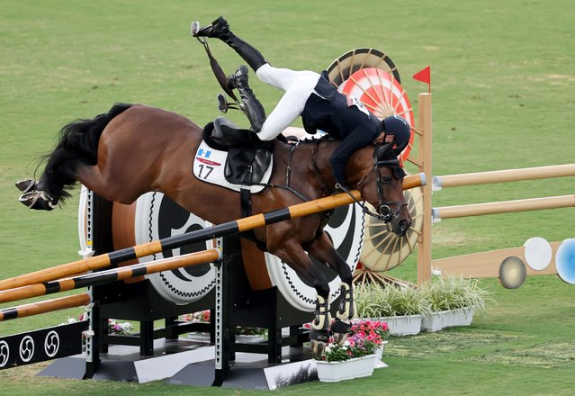 Guatemala's Charles Fernandez falls off Fluoriet as he competes in the men's individual riding show jumping of the modern pentathlon during the Tokyo 2020 Olympic Games at the Tokyo Stadium in Tokyo on August 7, 2021. (Photo by Carlos Barria/Reuters)