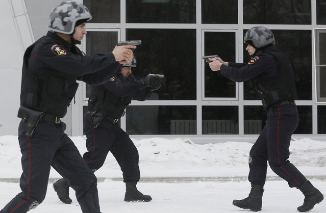 """Police officers demonstrate their skills during the """"Siberian Shield"""" annual military-patriotic festival, part of celebrations for the Defender of the Fatherland Day, in Krasnoyarsk, Russia, February 23, 2016. (Photo by Ilya Naymushin/Reuters)"""