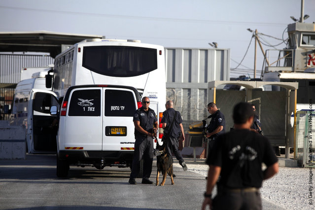 Palestinian Prisoners Transported In Preparation For Gilad Shalit Exchange