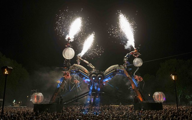 Spectators watch the 50-tonne Arcadia spider perform a laser and pyrotechnics show in Bristol, Britain September 4, 2015. Bristol, the European Green Capital 2015, is hosting the world's first recycled biofuel pyrotechnics show. The 50-tonne Arcadia spider is constructed from used repurposed military hardware and fuelled by waste oil from local fish and chip shops. (Photo by Eddie Keogh/Reuters)