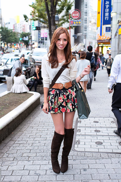 Smiling Shibuya girl in knee high boots. Snapped near Shibuya 109. (Tokyo Fashion)
