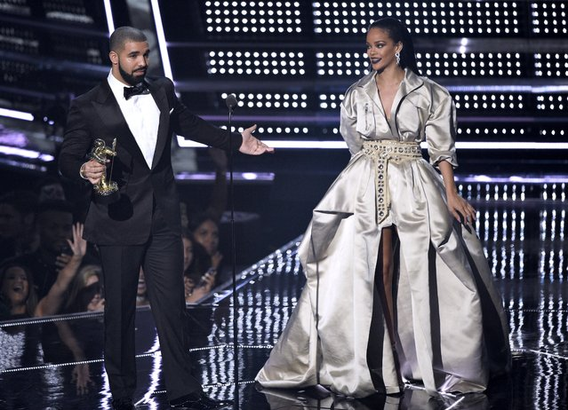 Drake, left, presents the Michael Jackson Video Vanguard Award to Rihanna at the MTV Video Music Awards at Madison Square Garden on Sunday, August 28, 2016, in New York. (Photo by Chris Pizzello/Invision/ANSA/AP Photo)