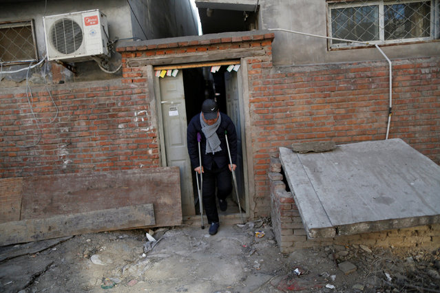 Yuan Yunping, who has melanoma of the foot, leaves the accommodation where some patients and their family members stay while seeking medical treatment in Beijing, China, January 13, 2016. (Photo by Kim Kyung-Hoon/Reuters)