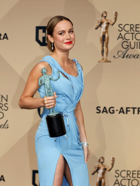 """Actress Brie Larson poses backstage with her award for Outstanding Performance by a Female Actor in a Leading Role for her work in """"Room"""" during the 22nd Screen Actors Guild Awards in Los Angeles, California January 30, 2016. (Photo by Mike Blake/Reuters)"""