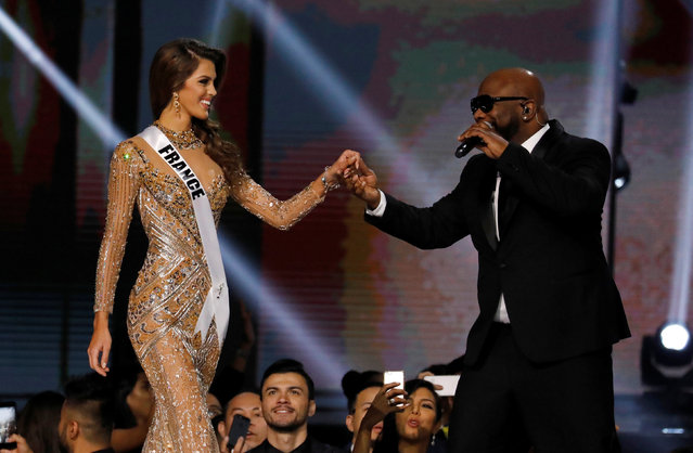 A member of Boyz II Men band serenades Miss France Iris Mittenaere, shortly before Mittenaere won the 65th Miss Universe beauty pageant at the Mall of Asia Arena, in Pasay, Metro Manila, Philippines January 30, 2017. (Photo by Erik De Castro/Reuters)