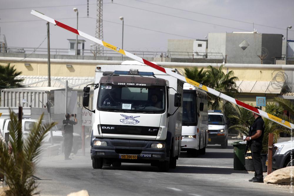 Palestinian Prisoners Transported In Preparation For Gilad Shalit Exchange