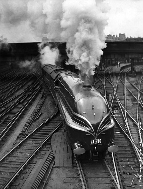 1938: The new LMS streamlined locomotive 'Duchess of Gloucester' leaves Euston Station in London on her first long distance journey. She is transporting fifteen German railway experts to a summer meeting of the Institute of Locomotive Engineers in Glasgow