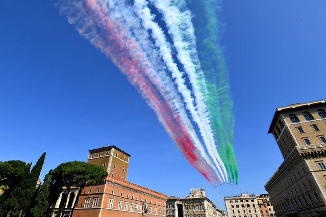 The Italian Air Force aerobatic unit Frecce Tricolori (Tricolor Arrows) spreads smoke with the colors of the Italian flag over Piazza Venezia during the ceremony to mark the anniversary of the Italian Republic (Republic Day) on June 2, 2018 in Rome. (Photo by Vincenzo Pinto/AFP Photo)