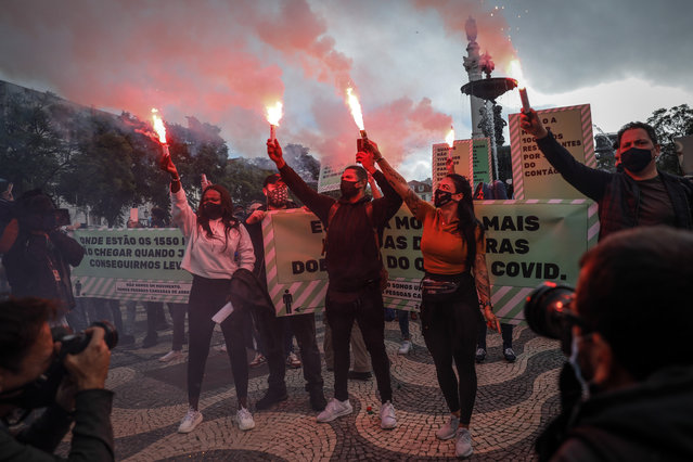 Hospitality workers during a protest demanding support during the coronavirus crisis in Lisbon, Portugal, 14 November 2020. (Photo by Rodrigo Antunes/EPA/EFE)