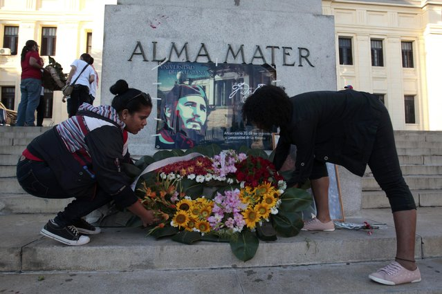 Students at Havana University lay a wreath in tribute to Cuba's late President Fidel Castro in Havana, Cuba, November 28, 2016. (Photo by Reuters/Stringer)
